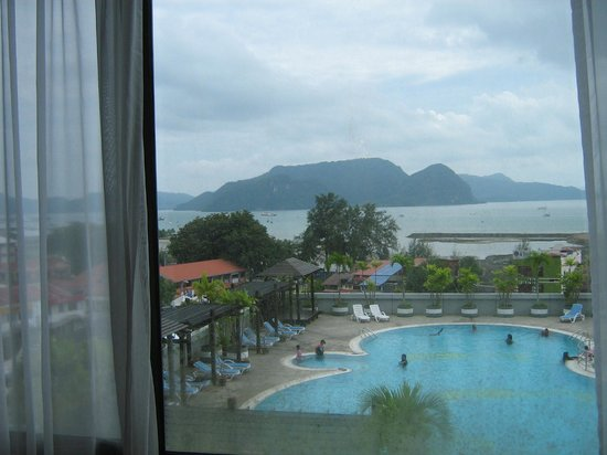 Bayview Hotel Langkawi: sea and pool
