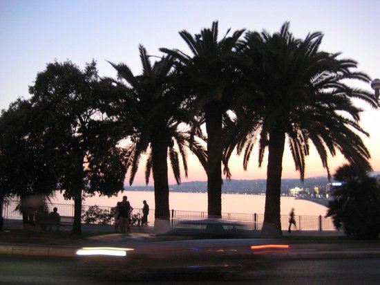 Hotel La Perouse : View from the lobby of the beach at dusk