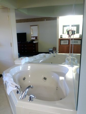 Country Inn & Suites By Carlson, Houghton : Two Person Whirlpool
