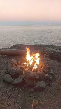 Gooseberry Park Cottages and Motel: lake shore campfire