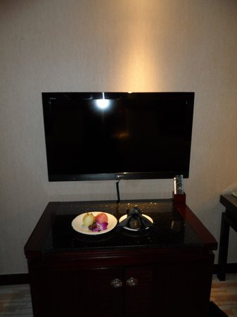 Pullman Guangzhou Baiyun Airport : Fruit and biscuit supper