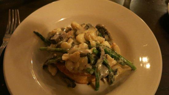 Rose Tree Restaurant: Mushroom Vol au Vent with Lump Crab Meat & Aspargagus