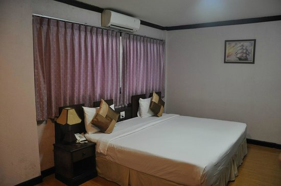 Queen Lotus Guest House: Oversized room makes it feel a little tad too empty