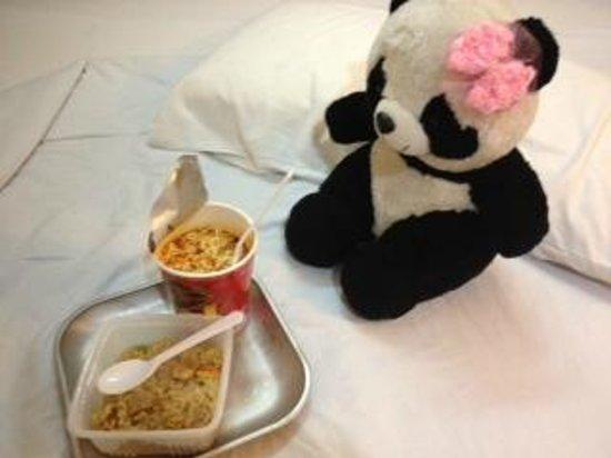 Muangphol Mansion: eating some food at 23 o'clock