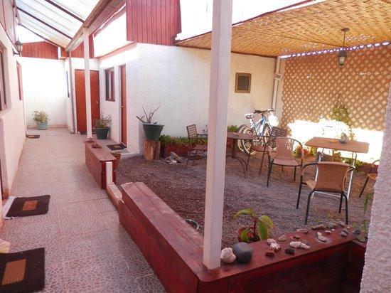 Hostal Solor: Área de jardim e acesso aos apartamentos