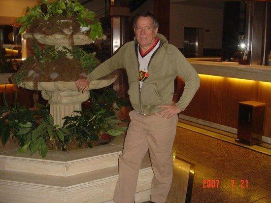 Balmoral Plaza Hotel: Eu posando num monumento interno do hotel.