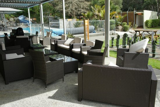 Waihi Beach Top 10 Holiday Resort: Chairs next to bbq by pool