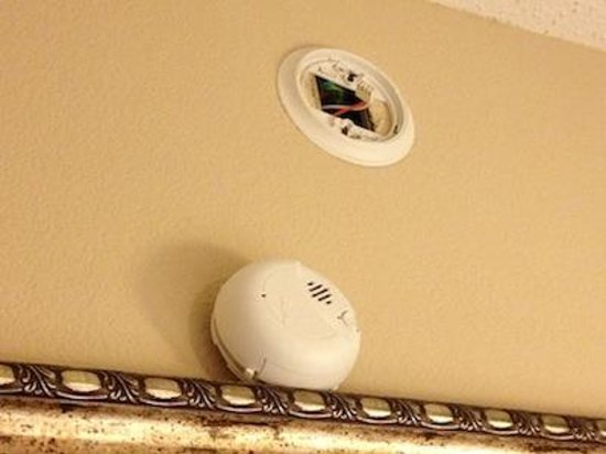 Hampton Inn & Suites Salisbury/Fruitland: Broken Smoke Detector?