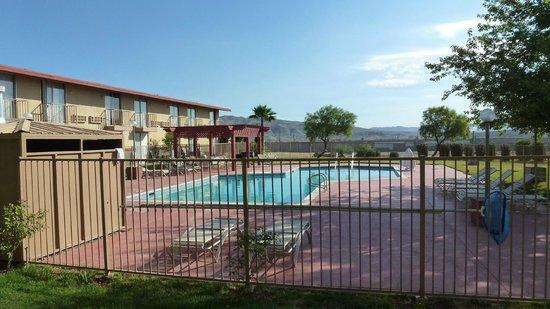 California Inn: Blick aus dem ZImmer zum Pool