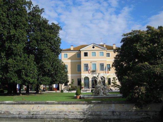 Villa Tacchi: Gesamtansicht