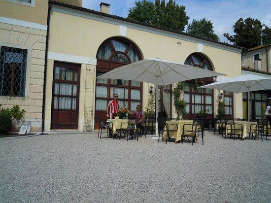 Villa Tacchi: Restaurant - Aussenbereich