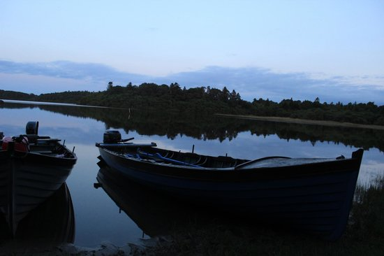 Currarevagh House: Boats at sunset