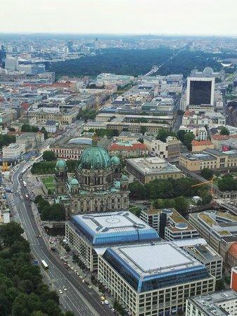 Berlin TV Tower: Widok z wieży w kierunku Bramy Branderburskiej.