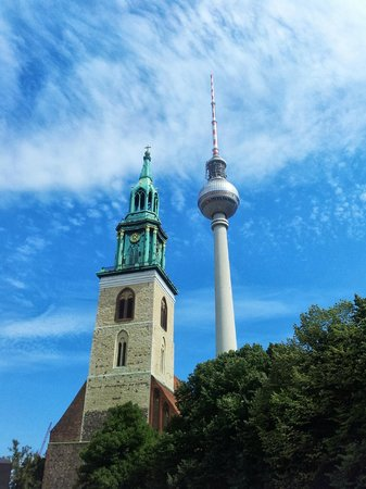 Berlin TV Tower: W bliskiej okolicy Wieży znajdują się zabytki warte odwiedzenia.