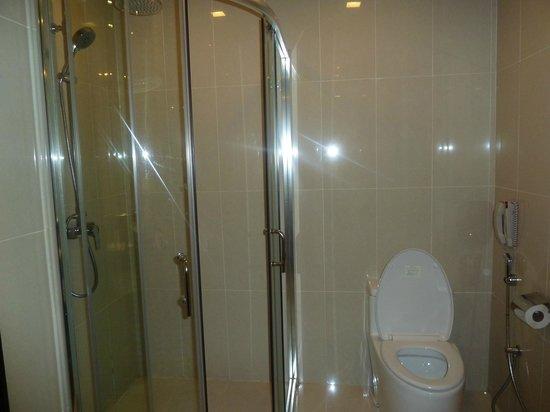 Hotel Royal Kuala Lumpur: Bathroom in executive room