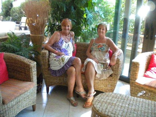 Hotel Club Misano : due sorelle in vacanza, nell'accogliente living dell'Hotel Club