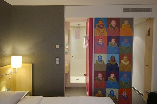 Mercure Hotel Amsterdam City : interesting art for a business hotel