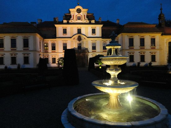 Chateau of Jemniste: Chateau at night