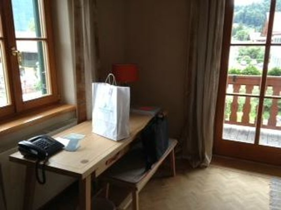 Hotel Bachmair Weissach: living room desk