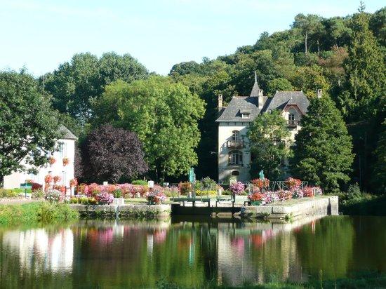 Villa Tranquillite : Villa Tranquillité, devant le canal de Nantes à Brest