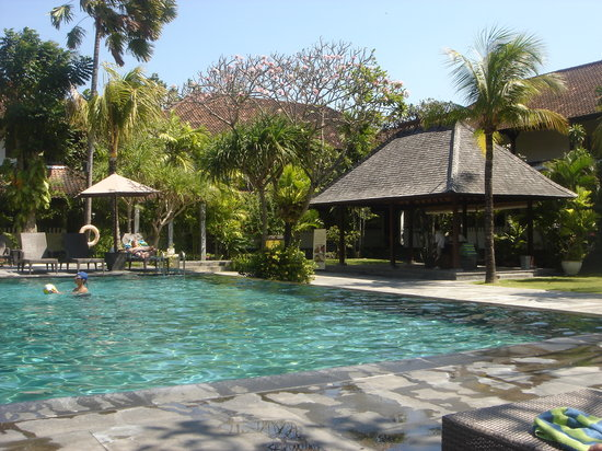 Hotel Santika Premiere Beach Resort Bali: One of the swimming-pools