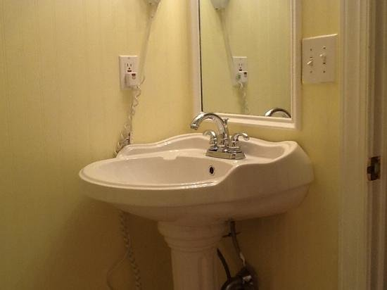 The Wilmingtonian: Bathroom pedestal sink