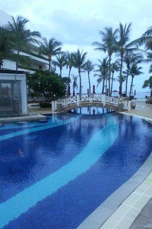Imperial Hua Hin Beach Resort: วิวจากสระว่ายน้ำมองไปที่ทะเลค่ะ ใช้มือถือถ่ายสีไม่สดเท่าไหร่