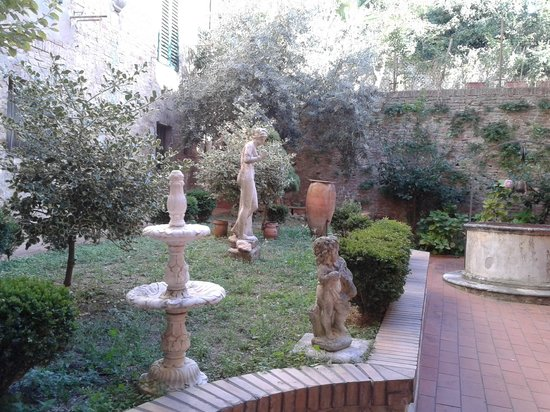 Piazza Paradiso Accomodation: Our apartment opened on to this garden