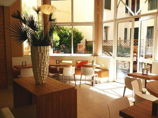 Citadines Cannes Carnot : Patio & Breakfast area