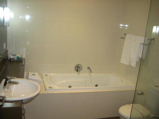 Spring Resorts Shoalhaven Sports Motel: Family Room - Bathroom
