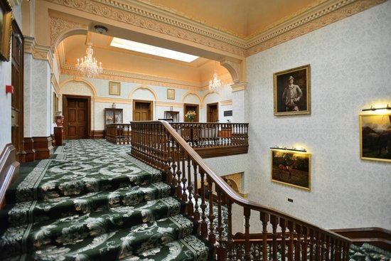 Tre-Ysgawen Hall, Country House Hotel and Spa: Upper Hallway