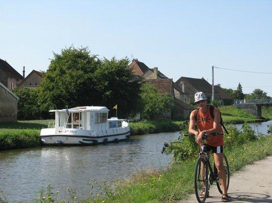 La Voie des Vignes : Boat on the Canal du Centre (Santenay-Chagny)
