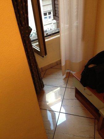 Hotel Brianza: Finestra dietro il muro, lontana dai letti.
