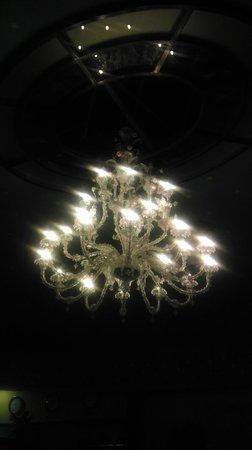 Hotel Dona Brigida: Lámpara de gusto dudoso presidiendo la reproducción del cielo de Salamanca