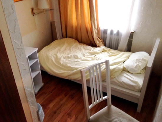 Hotel Mack: Blick aus der Hoteltür ins kleine Dachzimmer