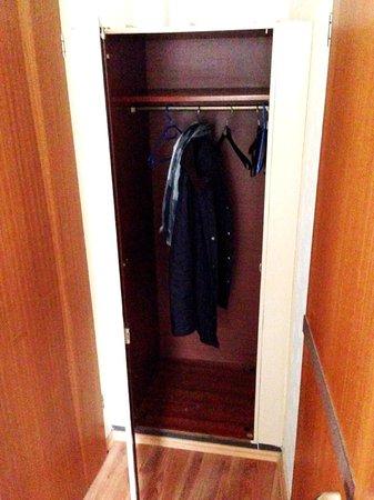 Hotel Mack: So sieht der Kleiderschrank im 3. Obergeschoss aus