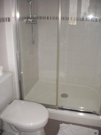 La Demeure de Laclais: salle de bain chambre CYRANO