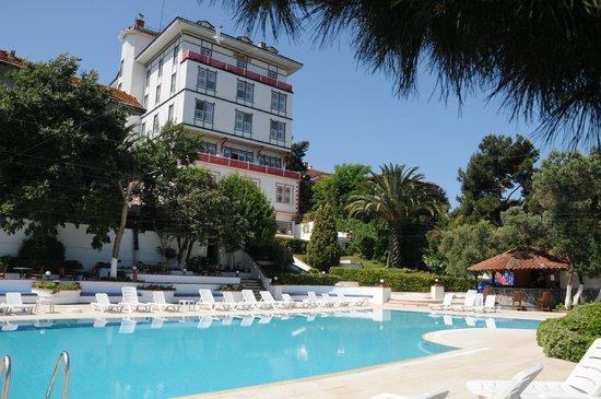 Merit Halki Palace : havuzdan otel görüntüsü