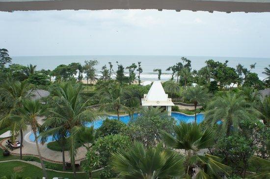 Taj Fisherman's Cove Resort & Spa, Chennai: View of the pool with a sunken bar
