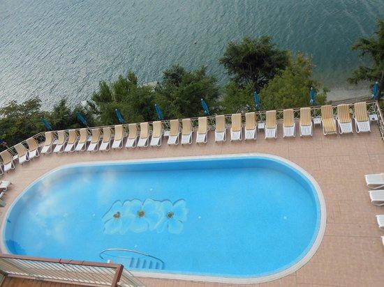 Hotel Panorama: Blick von oben auf den Pool statt 40 Stufen waren es 110 Stufen bis zum See vom Pool aus gesehen