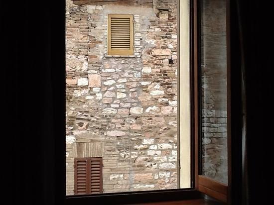 Albergo del Teatro : quaint viewfrom our window.