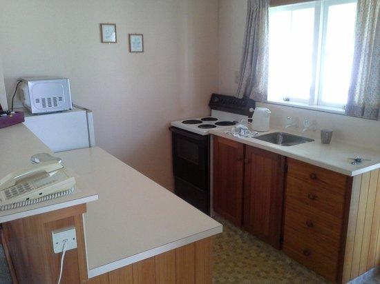 Huka Falls Resort: Adequate kitchen.