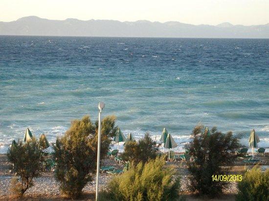 Pylea Beach Hotel: Это вид с балкона на пляж