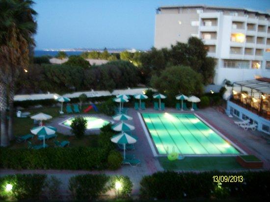 Pylea Beach Hotel: Ночная съемка с балкона  - вид на бассейн