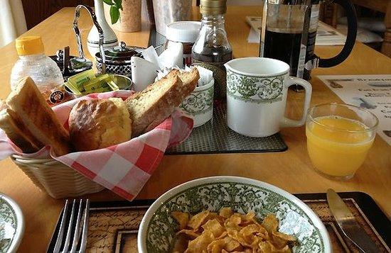 Kajon House B&B: Reich gedeckter Frühstückstisch