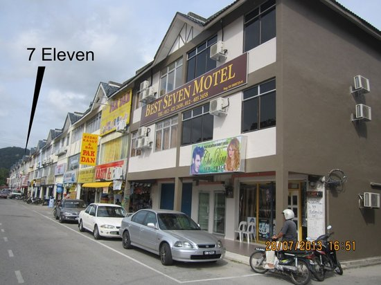 Best Seven Motel: 7 Eleven convenient store at the right side