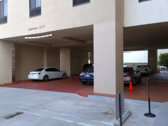 Hampton Inn & Suites Los Angeles/Sherman Oaks: Parking