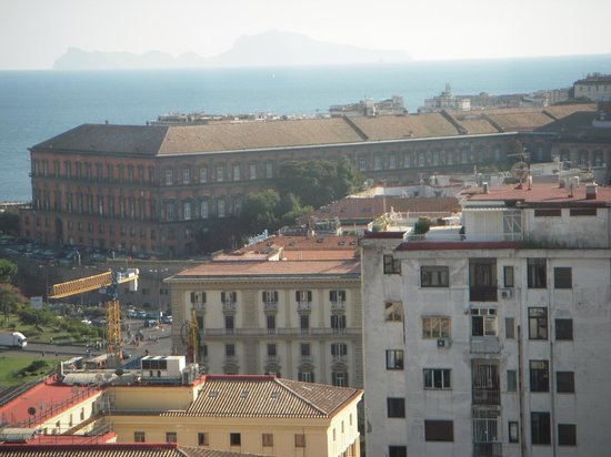 NH Napoli Ambassador: ホテルからの眺望 遠くにカプリ島