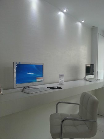 Computers at reception picture of color design hotel for Color design hotel 75012