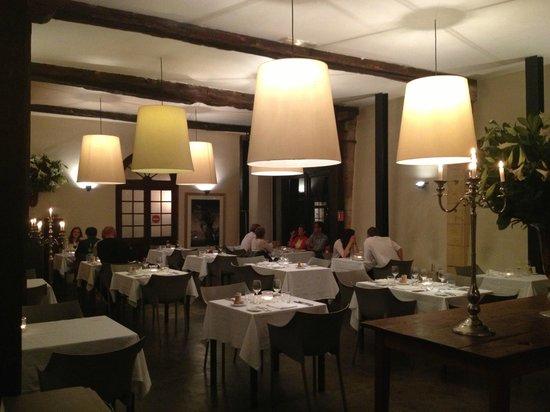 Chateau les Merles: Parte do restaurante